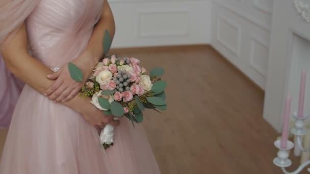 Krásná bruneta dívka, která nosí růžové svatební šaty
