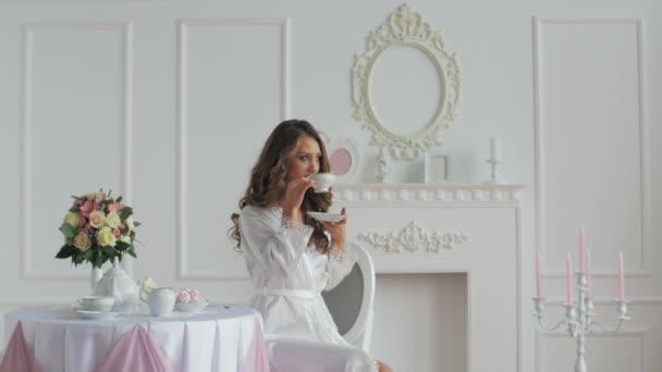 Krásná žena v županu pití kávy