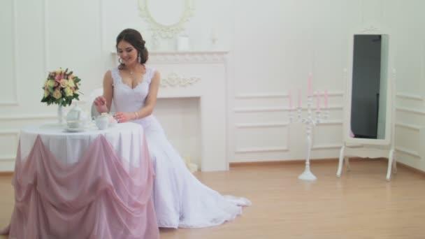 Kávét iszik esküvői ruha a gyönyörű nő