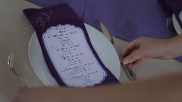 servírka sloužit tabulka na svatbě