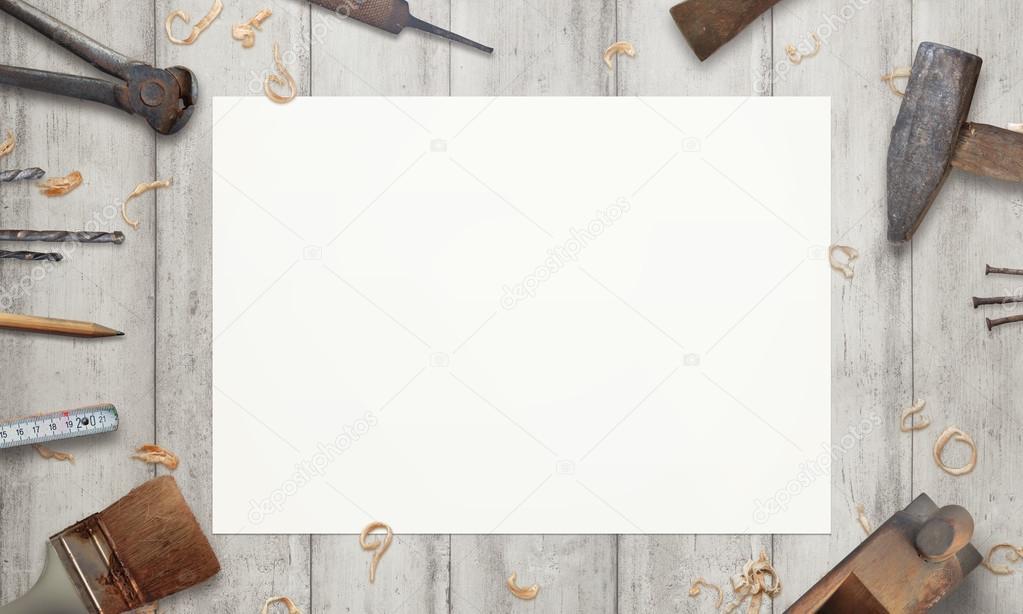 Dopisní papír uprostřed staré nástroje na dřevěný stůl– stock obrázky 820d0d1611