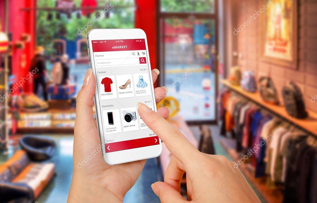 aaa3af305 Inteligente de compras on-line telefone na mão da mulher. Shopping center  em segundo plano. Comprar roupas sapatos acessórios com site e comércio —  Foto de ...
