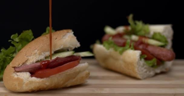 sonkás szendvicsek közelsége paradicsommal és salátával a fa asztal hátterén