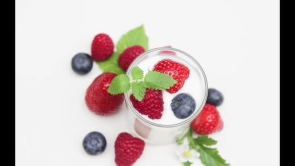 Přírodní jogurt s čerstvým ovocem rotující izolovaných na s a denní světlo