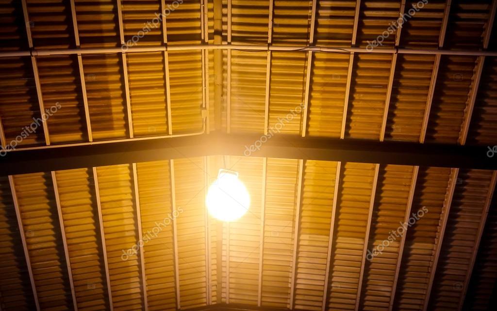 weiße zerknitterte hängelampe beleuchtung knikerboker crash die gelbe farbe licht alte lampe unter dem dach stockfoto die