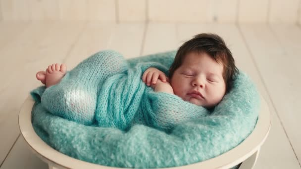 roztomilý novorozené dítě spí na dece