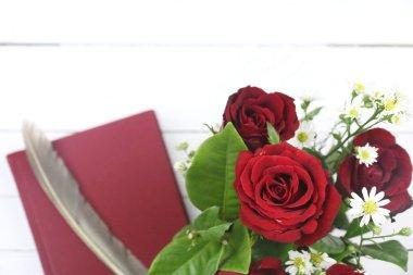 """Картина, постер, плакат, фотообои """"красные розы, красный дневник и перо перо на Белый деревянные backgroun"""", артикул 95960488"""