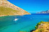 Jacht inmitten einer stillen Bucht auf griechisch, griechisch