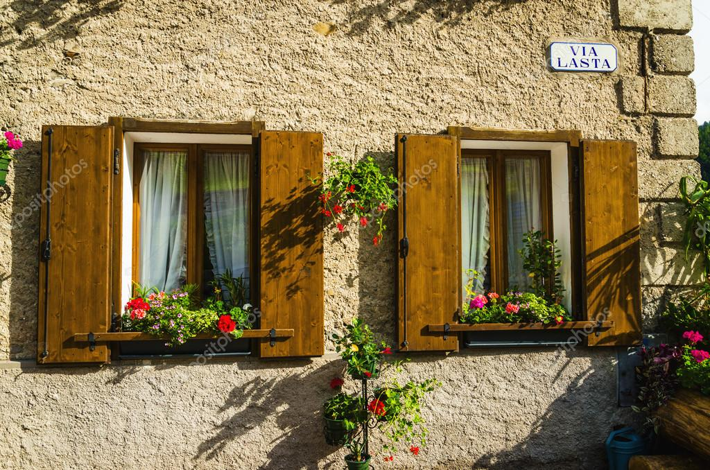 Windows Z Doniczki Z Kwiatami Zdjęcie Stockowe