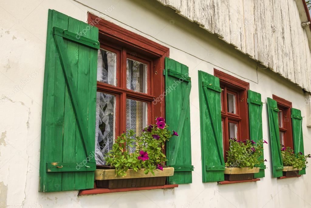 Braune Kunststofffenster braune fenster mit grünen fensterläden stockfoto ankamonika