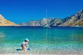 Fotografie Nicht identifizierter Kind spielen am Meer Bucht, Griechenland