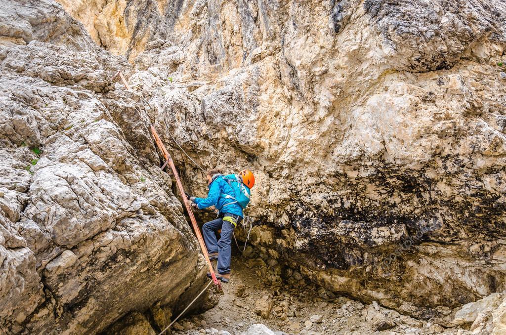 Klettersteig Weibl : Frau auf metall leiter im klettersteig klettern u stockfoto