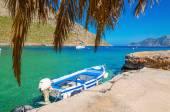 Fotografie Blaue und weiße Holzboot in gemütlichen griechischen Hafen