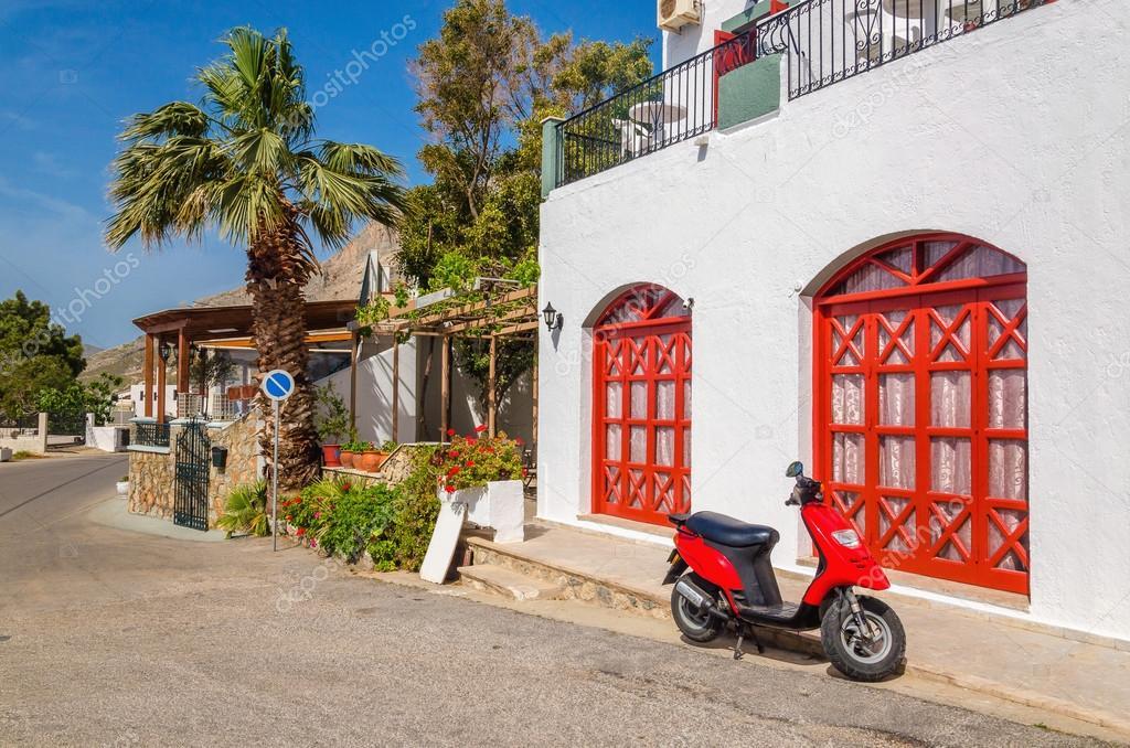 rot Motorrad vor typischen griechischen Haus — Stockfoto ...