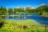 Photo Beautiful mountain lake and high mountains peaks