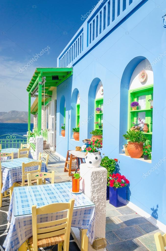 Restaurant grec iconique avec nappe bleu grèce