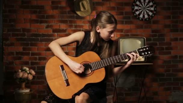 Dívka hrající na kytaru