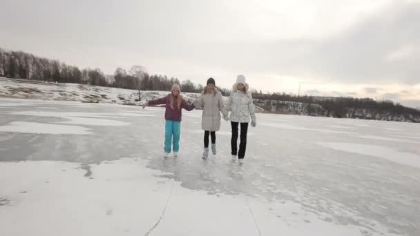 Aile buz donmuş gölde buz pateni