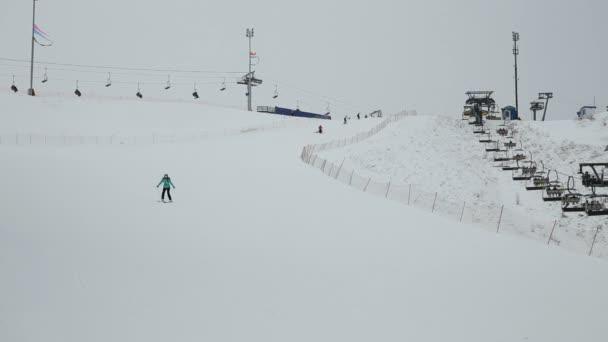 žena lyžař z kopce