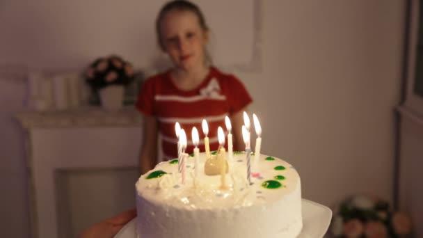 Šťastné děti s narozeninovým dortem