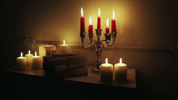 Старі старовинні книги з свічки.