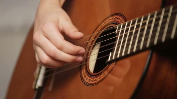 Womans kezet játszik akusztikus gitár.