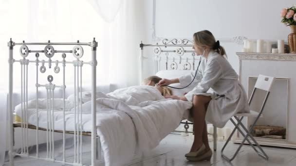 Doktor auscultating dítě se stetoskopem