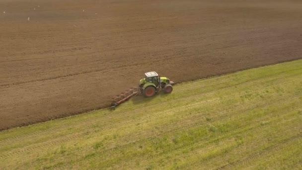 Traktor szántás mezőn.Légi videó.