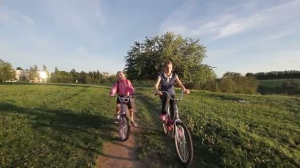 Holky na kole v přírodě