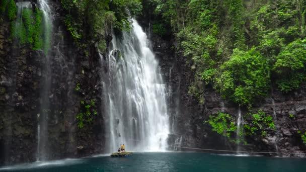 Krásné tropické vodopády Tinago. Filipíny, Mindanao.