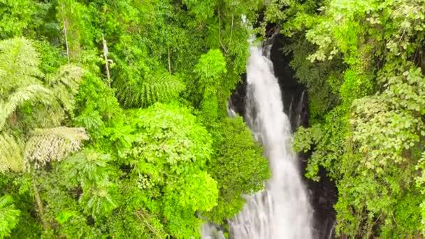 Nádherný tropický vodopád. Filipíny, Mindanao.