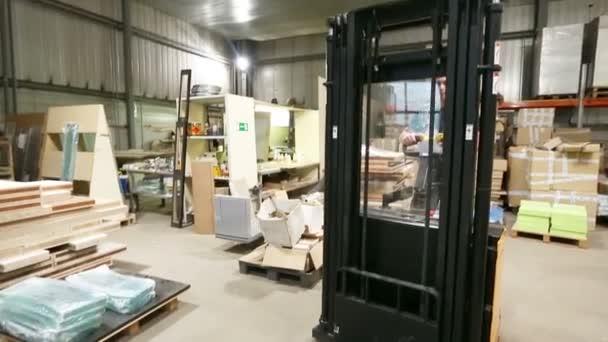 carrello elevatore al magazzino