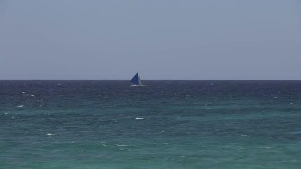 Plováky plachetnice na moři