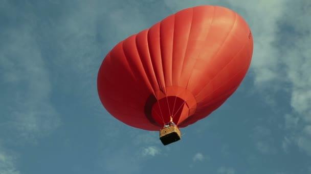 horkovzdušný balón létá v nebi