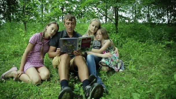 Šťastné rodinné čtení knih v parku