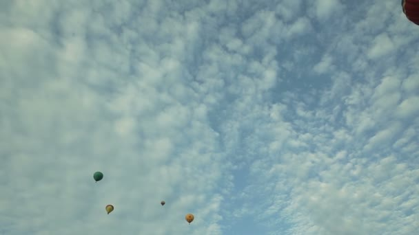 horkovzdušné balóny v modré obloze aerostaty