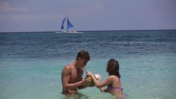 Boldog pár a strandon, kókuszos