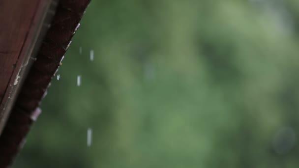 Kapky deště padající ze střech