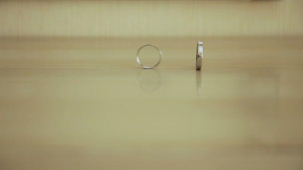dva snubní prsteny