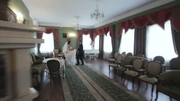 Sposa e sposo che ballano nel bellissimo interno