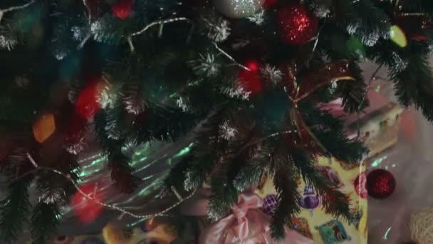 regali di Natale sotto lalbero di Natale.
