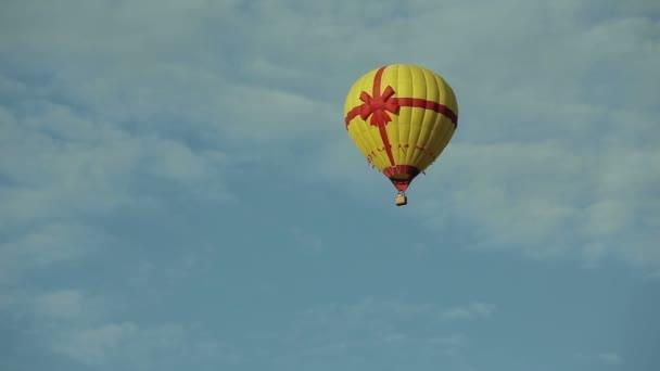 Horkovzdušný balón letí na modré obloze