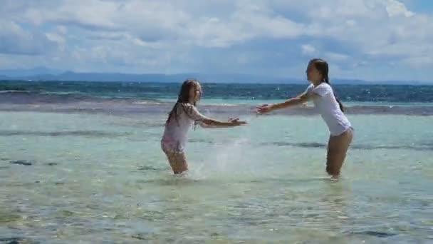 boldog gyermek játszik a tengeren