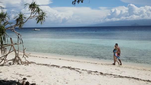 Šťastný pár, chůze na tropické pláži