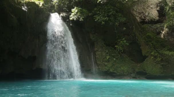 Krásné tropické vodopád. Kawasan vodopády