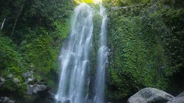 Krásný tropický vodopád.
