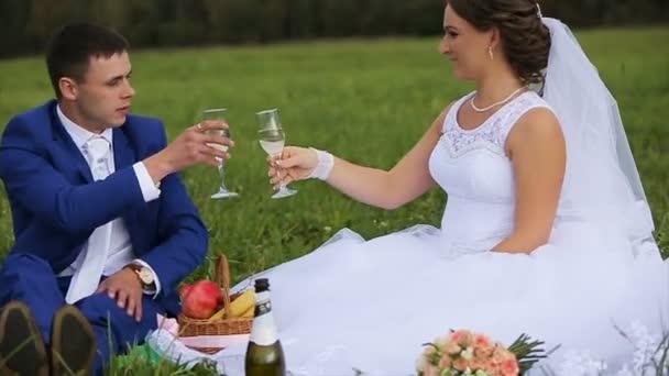 Braut und Bräutigam auf einer grünen Wiese im Sommertag
