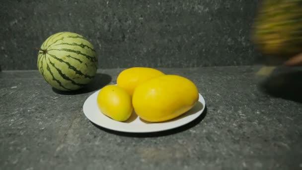 friss trópusi gyümölcsökkel, lemez