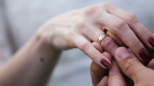 sposo, mettendo lanello nuziale sul dito spose