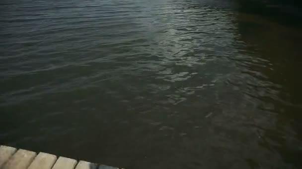 Mädchen springen in den See.